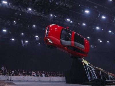 Novo Jaguar E-Pace e talvez a melhor acrobacia do ano